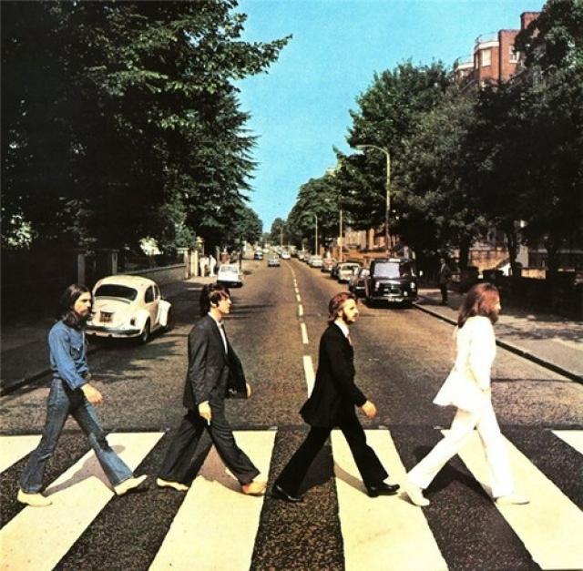 Эта фотография стала самой популярной в музыкальном мире. Благодаря ей пешеходная зебра напротив студии вскоре стала местом паломничества фанатов Beatles со всего света.