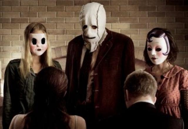 """""""Незнакомцы"""" из одноименного американского фильма ужасов с группой маньяков в масках."""