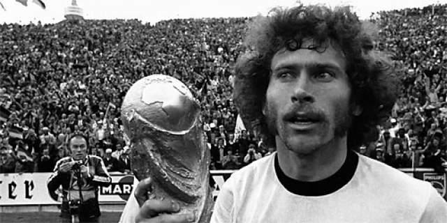 Кроме этого, Брайтнеру удавалось забивать голы в финальных матчах двух ЧМ — в 1974 и в 1982 годах. До него совершить подобный подвиг смогли лишь нападающий бразильской сборной Вава (1958 и 1962 гг.), а также непревзойденный Пеле (1958 и 1970 гг.).