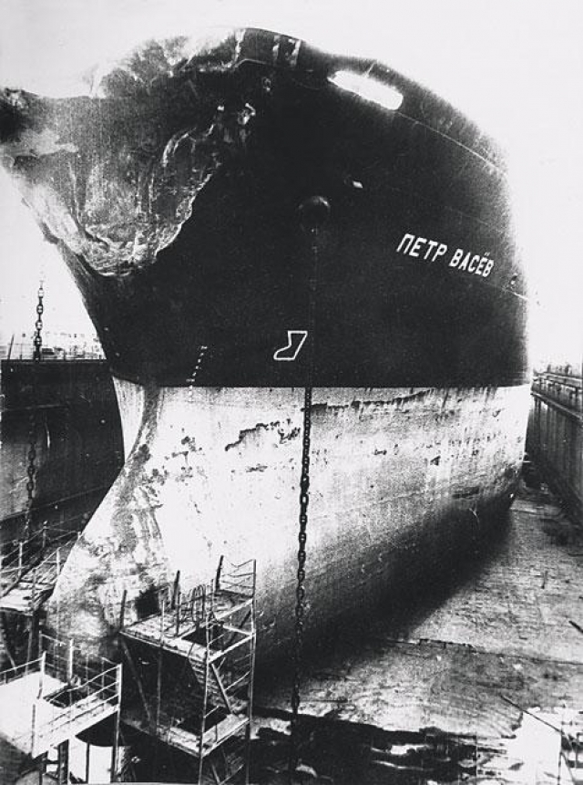 """Однако в 23:12 """"Петр Васев"""" врезался носовой частью под прямым углом в правый борт парохода, прорубив в нем пробоину 8×10 метров."""