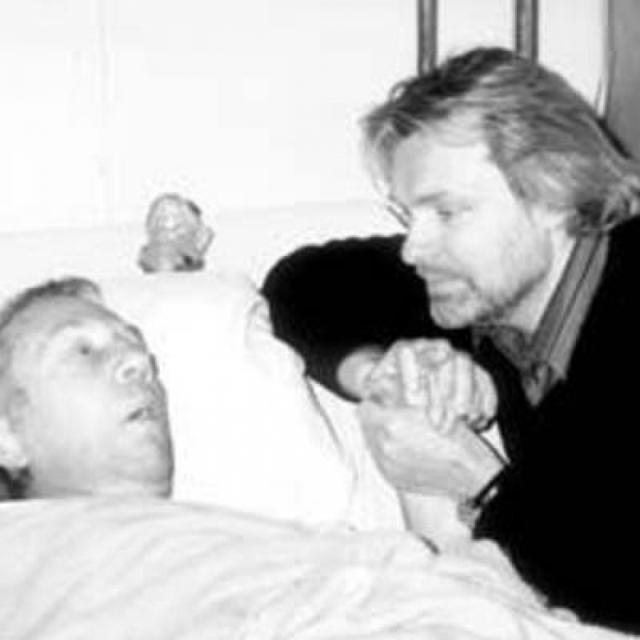 В день 60-летия врачи поставили актеру неутешительный диагноз: рак. Последовала операция по удалению опухоли на толстой кишке, однако произошло осложнение - полостная операция привела к эндокардиту.