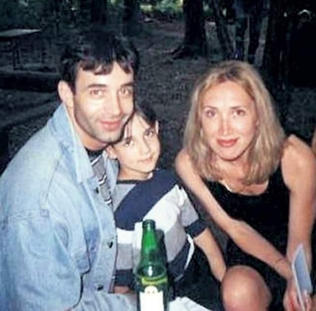 Отметим, что Даниил - сын Дмитрия Певцова и его однокурсницы Ларисы Блажко. В начале 90-х Блажко с ребенком уехала в Канаду, но, когда через несколько лет они вернулись в Москву, Дмитрий принял мальчика и дал ему свою фамилию.