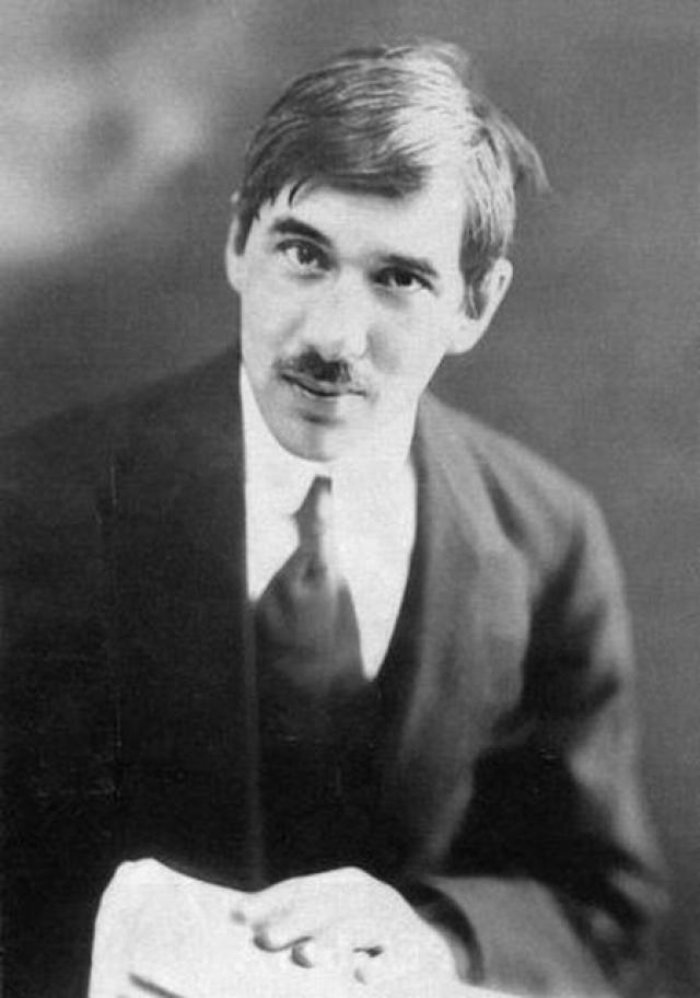 Он родился в Петербурге, долгое время жил в Николаеве, Одессе, с детства он твердо решил стать писателем, но, приехав в Петербург, столкнулся с отказами редакций журналов.
