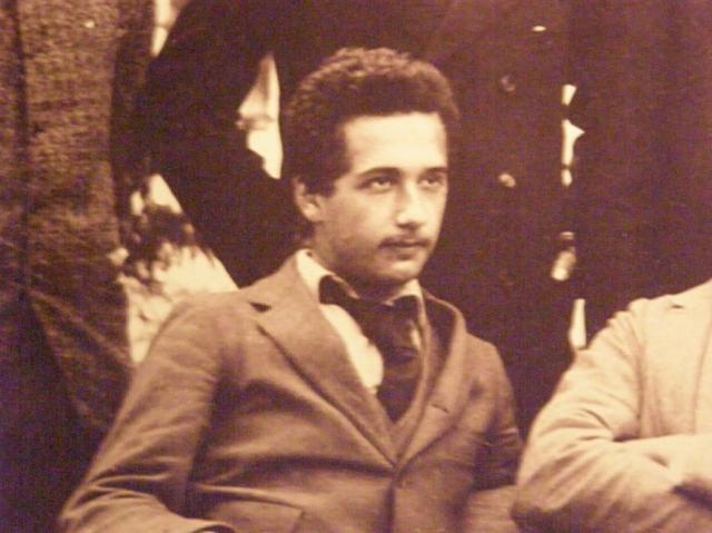Все-таки поступив в политехникум, студент Эйнштейн очень часто прогуливал лекции, читая в кафе журналы с последними научными теориями.