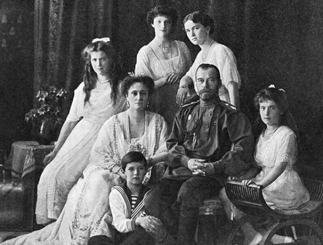 В то же время в середине 1918 года было несколько сообщений о молодых людях в России, выдававших себя за спасшихся Романовых.