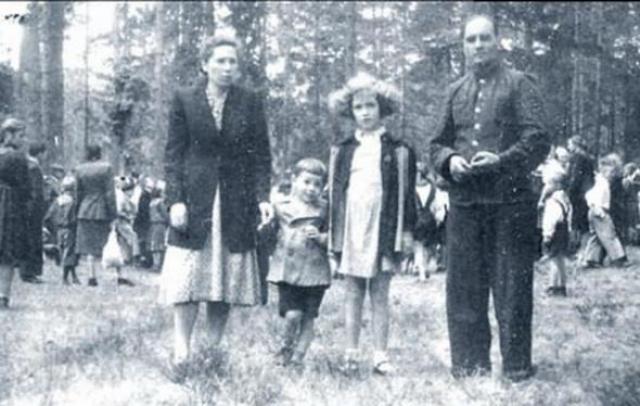 Савелий Викторович Крамаров появился в 1934 году в семье известного столичного адвоката. Отца он практически не помнил...
