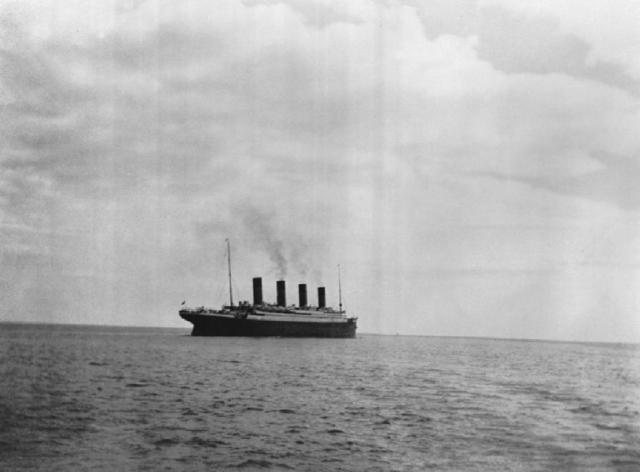 """Однако """"Титаник"""" был слишком велик для быстрого маневра, пароход продолжал двигаться по инерции еще 25-30 секунд прежде, чем его нос не начал медленно отклоняться влево."""