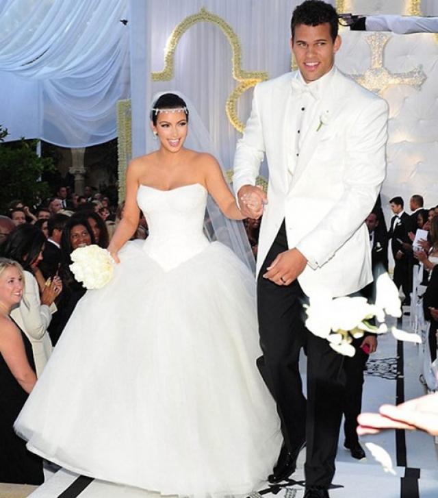 Феррари за $325 000. Ким Карадашьян и баскетболист Крис Хамфрис прожили в браке 72 дня, однако получили свадебных подарков на сотни тысяч долларов, включая Феррари от бизнесмена из Малайзии.