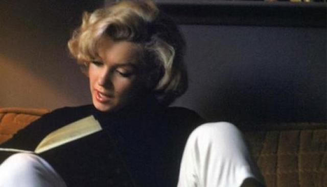 """Пропало и еще одно очень важное вещественное доказательство — дневник погибшей, прозванный потом """"книгой секретов"""". Как утверждают те, кому дневник попадался на глаза, в нем были записаны беседы Монро с Джоном и Робертом Кеннеди."""