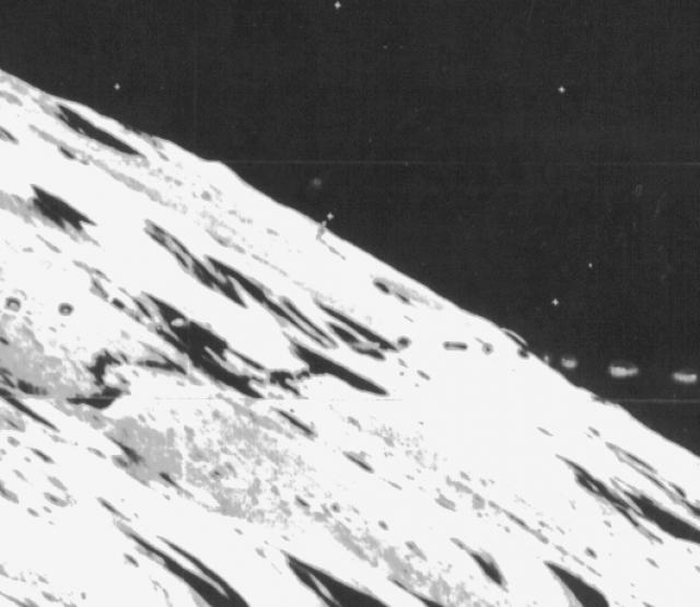 """Вторая находка """"Лунар Орбитер"""" вызывает еще больше споров: на снимке номер LO3-84M видна странная структура высотой почти два км."""