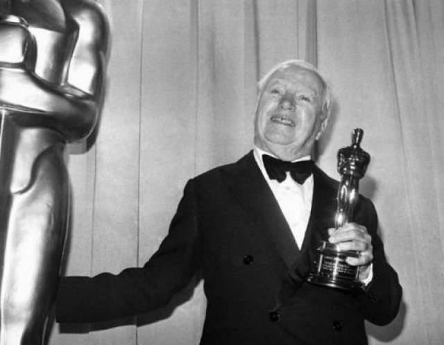Чарли Чаплин в 1972 году получил второй в его жизни почетный Оскар. Эта награда была абсолютной неожиданностью для великого гения. Он приехал из Англии специально по вызову кино-академиков. Чаплин приготовился к нападкам, но вместо этого получил теплый и радушный прием. Зал стоя аплодировал Чарли почти 10 минут - это самые продолжительные овации в истории церемонии Оскар