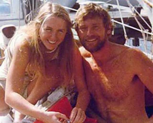 """Тами Олдхэм Эшкрафт и Ричард Шарп. Опытные мореплаватели, жених с невестой, в 1983 году взяли заказ на перегон яхты из Сан-Диего на Таити. Внезапно они оказались в центре четырехбалльного шторма """"Рэймонд"""". Они столкнулись с 30-метровыми волнами и ветром скоростью в 140 узлов. Ричард остался у штурвала, пытаясь удержать контроль над судном, а Тами он отправил в трюм."""