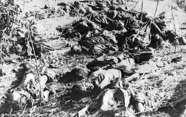 Расправы, которые учиняли красные кхмеры, не поддаются описанию: население деревни Сресеам было почти полностью уничтожено… солдаты сгоняли детей, связывали их в цепочку, сталкивали в залитые водой воронки и заживо хоронили…