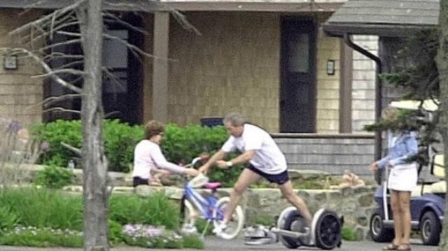 Тогда еще Верховный главнокомандующий армии США не справился с самокатом. Очевидцы произошедшего говорили, что после игры в теннис, Буш решил опробовать самокат нового поколения Segway.