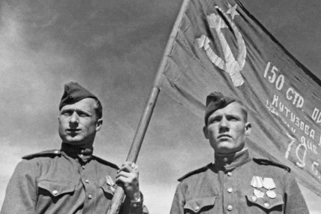В кадре присутствуют Алексей Берест, Михаил Егоров и Мелитон Кантария.