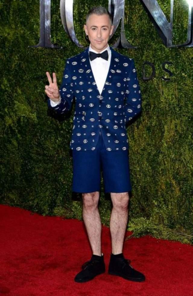Британский актер, режиссер, актер, писатель, продюсер Алан Камина (54) появился на красной дорожке в веселом пиджаке и коротких штанишках.