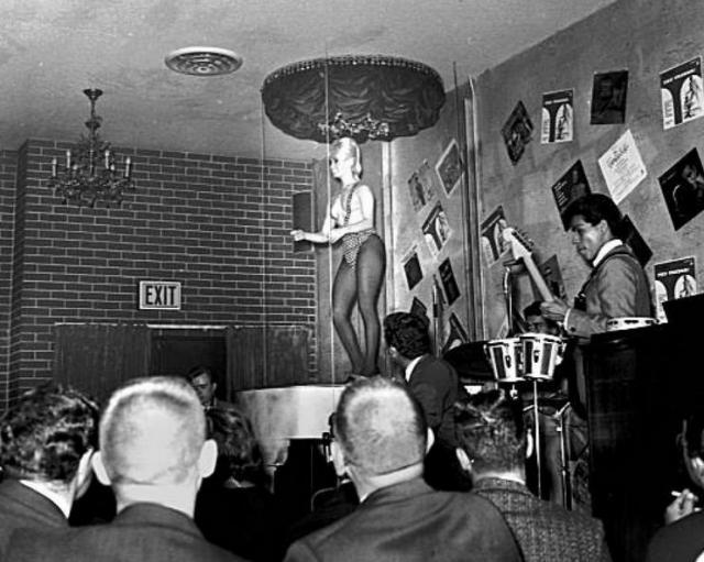 """В конце 1970-х годов среди топлесс гоу-гоу танцовщиц появилась """"традиция"""" собирать деньги от аудитории в качестве гонорара, проходя по залу в обнаженном или полуобнаженном виде."""