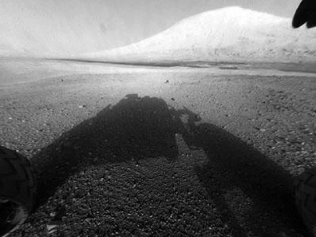На поверхности Красной планеты Curiousity способен преодолевать препятствия высотой до 75 см. Максимальная скорость на тертой ровной поверхности составляет 144 метра в час. На фото - Первый день на Марсе, 6 августа 2012 года