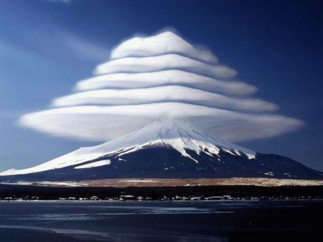 Многослойное облако над горой Фудзи. Легенда гласит, что именно такие облака однажды появились над японской горой.