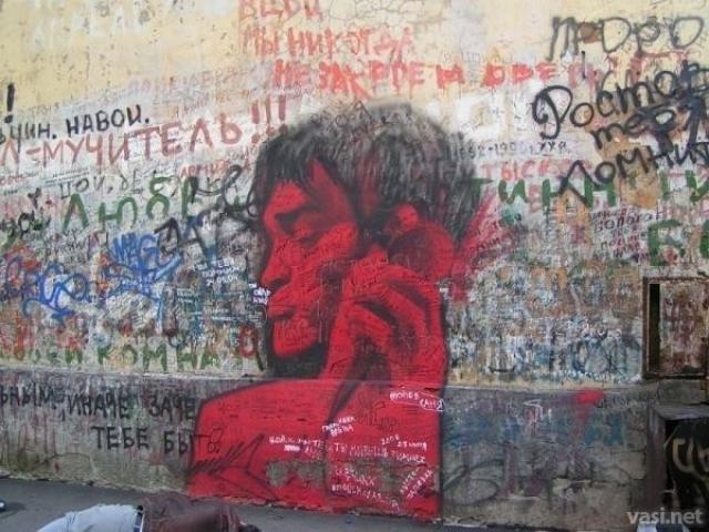 """Смерть Виктора Цоя была настоящим шоком для множества поклонников. В Кривоарбатском переулке в Москве появилась """"стена Цоя"""", которую поклонники группы исписали надписями """"Кино"""", """"Цой жив"""", цитатами из песен и признаниями в любви музыканту."""