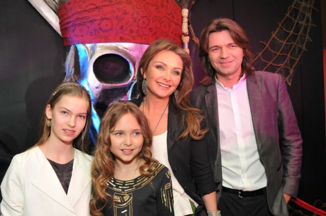 В холостяках Дмитрий не задержался - встретил свою будущую жену, Елену Изаксон, с которой с 1992 года и до рождения дочки жил в гражданском браке.