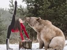 Австрийская акробатка снялась в фотосессии с настоящим медведем
