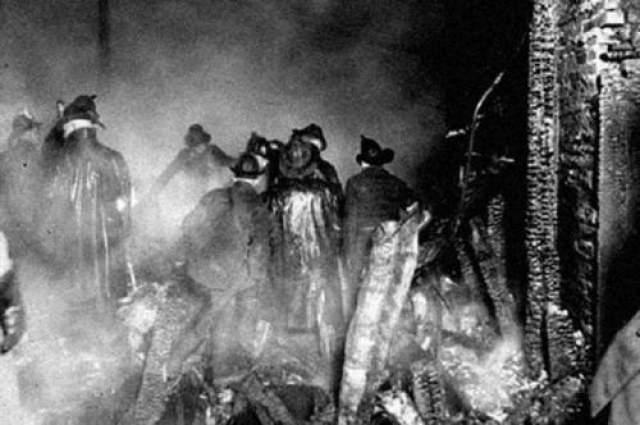 """18 апреля 1924 года на пожаре в здании Куррана вместе с 9-ю другими огнеборцы погиб пожарный Френсис Леви. Утром трагического дня он протирал окно на станции """"Чикаго Файр"""", сотрудником которой являлся. Он вел себя странно. В один момент Леви сообщил траурным тоном о том, что он ощущает, как умрет в этот день."""