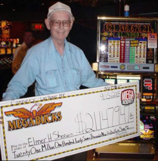 """Второй выигрыш был ему словно нашептан с небес. 92-летний Элмер шел себе по улице обычным сентябрьским вечером четверга, как вдруг решил остановиться перед машиной """"Мегабакс"""". Ветеран Второй мировой войны говорил, будто почувствовал свою удачу - и не прогадал. В кармане у него оказалось 21 147 947 долларов."""