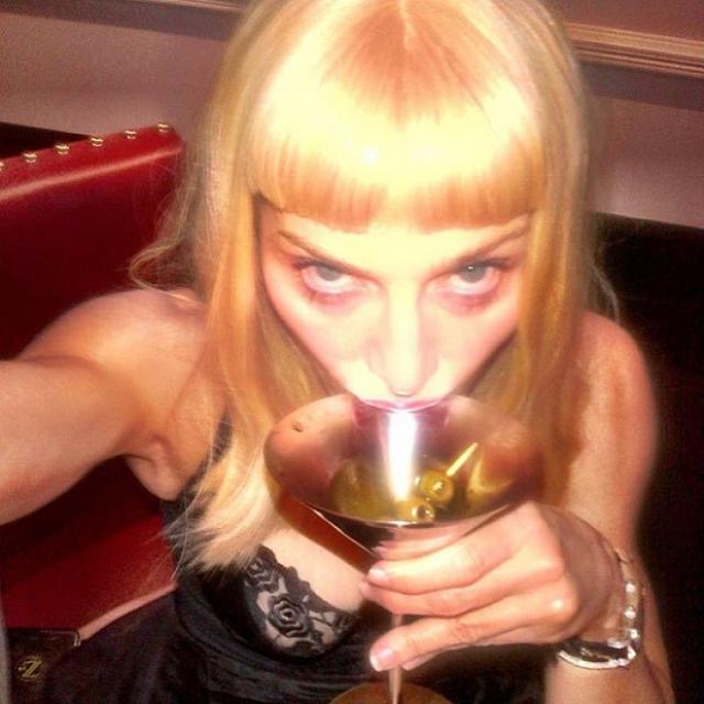 А это Мадонна и ее коктейль.