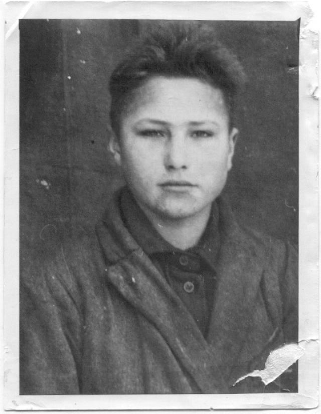 """По воспоминаниям очевидцев, Шукшин рос мальчишкой замкнутым, что называется, """"себе на уме"""". В общении со сверстниками он держал себя строго и требовал, чтобы те называли его не Васей, а Василием."""