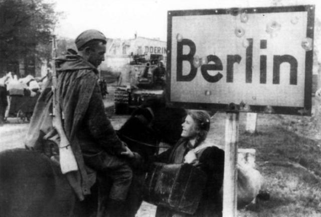 Советский кавалерист разговаривает с русской девушкой, которая была угнана на работы в Германию, а теперь возвращается домой.