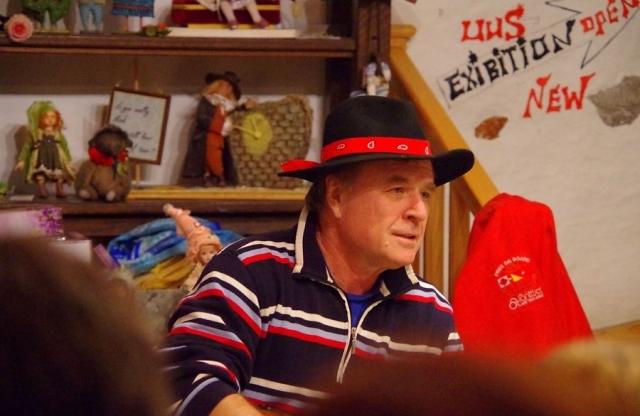 Дядя Гриша. В течение какого-то времени в качестве ведущего появлялся Григорий Гладков с гитарой.
