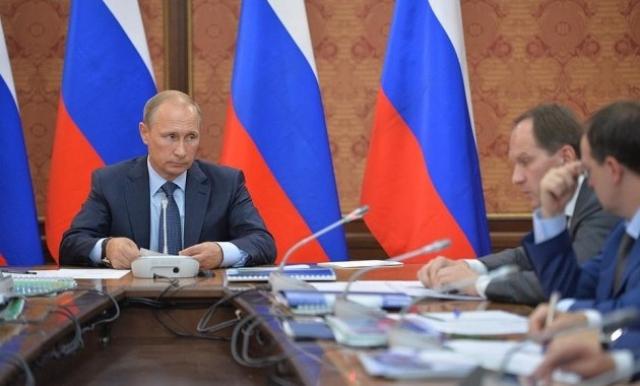 """Путин заявил: """"Как мы работаем?! Качество работы - ничтожное. Все поверхностно делаем. Если будем работать так, то ни хрена не сделаем!.. Если мы этого не сделаем, надо будет признать, что либо я работаю неэффективно, либо вы все плохо работаете и вам нужно уйти! Обращаю ваше внимание на то, что на сегодняшний день я склоняюсь ко второму варианту!"""""""
