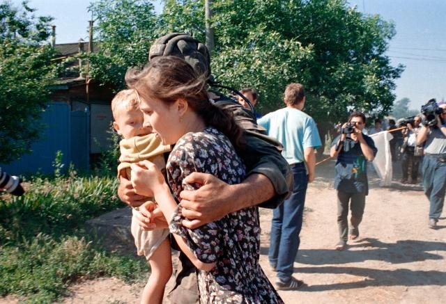 Автобусы, на которых ехали боевики и заложники, были заминированы радиоуправляемыми минами, а колонну сопровождали вертолеты со спецназом, имевшим задачу атаковать и уничтожить ее, если боевики по дороге освободят заложников.