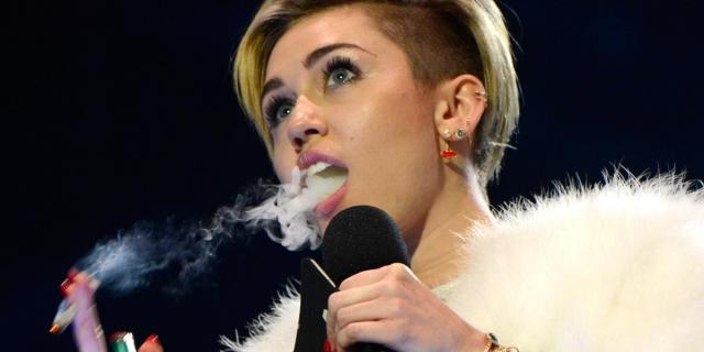 В 2013 году на вручении наград MTV Europe Music Awards в Амстердаме Майли Сайрус прямо на сцене выкурила самокрутку с марихуаной, после чего полиции пришлось возбудить против нее уголовное дело.