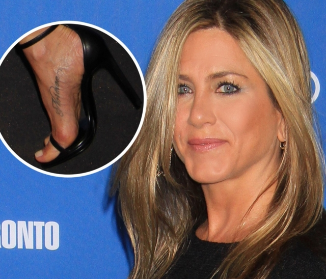 Дженнифер Энистон. В честь умершего пса актриса сделала тату с его именем на ноге.