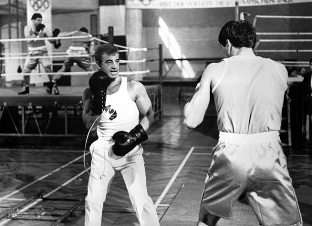Жан Поль Бельмондо. Актер также занимался боксом, причем даже завоевал чемпионский титул среди любителей в Париже.