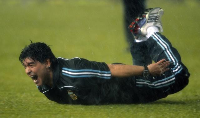 Марадона решил отпраздновать гол Аргентины в ворота сборной Перу в 2010 году, который открыл его команде дорогу не чемпионат мира в ЮАР, повалявшись на животе.