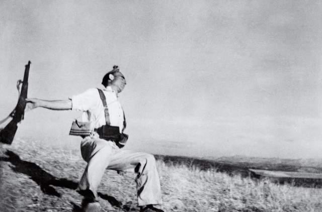 Павший солдат, Роберт Капа, 1936. Фотография смертельно раненного солдата-республиканца, как доказали искусствоведы, оказалась подделкой, поскольку в том районе, где проходили съемки (Эспехо в Испании), бои не велись.