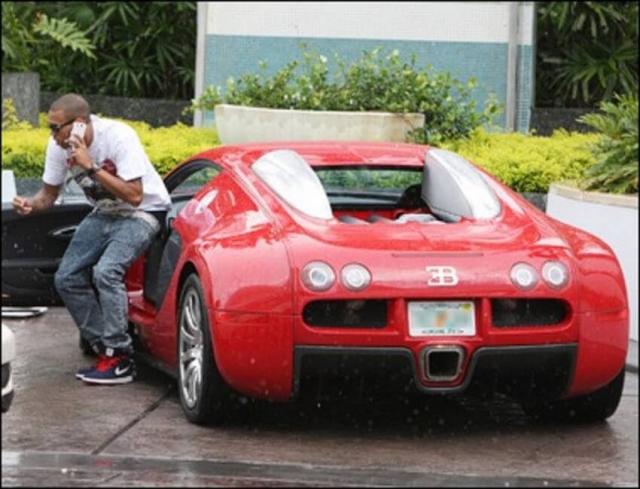 Он приобрел ярко-красный Бугатти один из самых дорогих и быстрых автомобилей в мире за $1,5 млн..