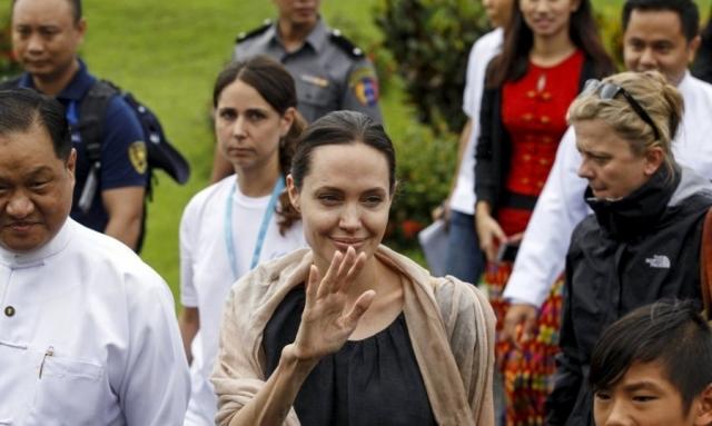 Журналисты считают, что стремительно худеть Джоли начала после смерти матери от рака, подозревая, что у звезды развилась анорексия на нервной почве.