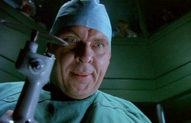 """Доктор Эван Рендалл из фильма """"Доктор Усмешка"""" (1992). Еще один врач, на этот раз сошедший с ума из-за того, что его отец вынул сердца нескольких пациентов, чтобы оживить умершую супругу, решил продолжить дело отца. Как по вашему, внушает ли подобный герой страх?"""