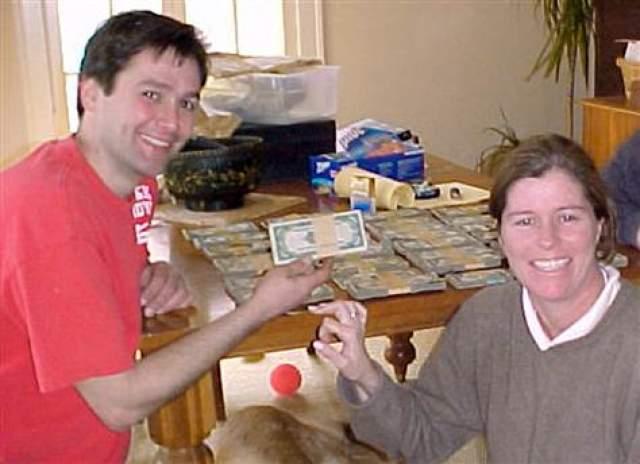 """Клад в коробке из-под ланча. Интересный случай, но не с таким """"богатым"""" концом, произошел с Бобом Киттс и Амандой Рис из Кливленда в 2006 году."""