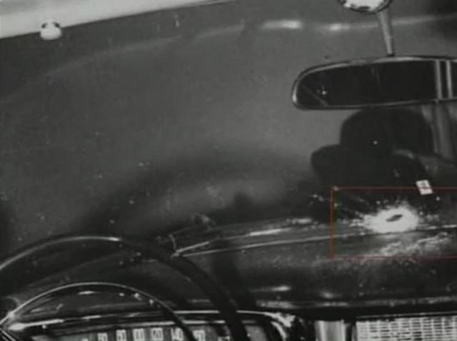 Ильин сделал шаг вперед и открыл огонь по лобовому стеклу ЗИЛа из обоих пистолетов, которые прятал в рукавах шинели.