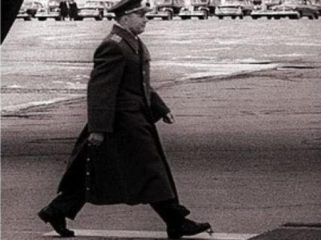 Одна из деталей, которая запомнилась всем после полета Гагарина - шнурки: во время прохождения Юрием по ковровой дорожке перед докладом Никите Хрущёву в кадр попали развязавшиеся шнурки на ботинке первого космонавта.