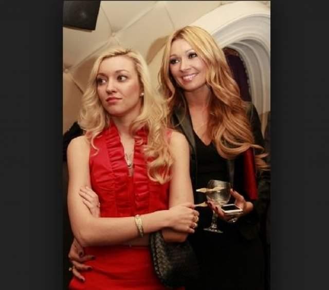 Анжелика Агурбаш. Когда белорусская певица появляется на фото со своей дочерью Дарьей, довольно сложно сказать, кто же на снимке мама, а кто дочь.