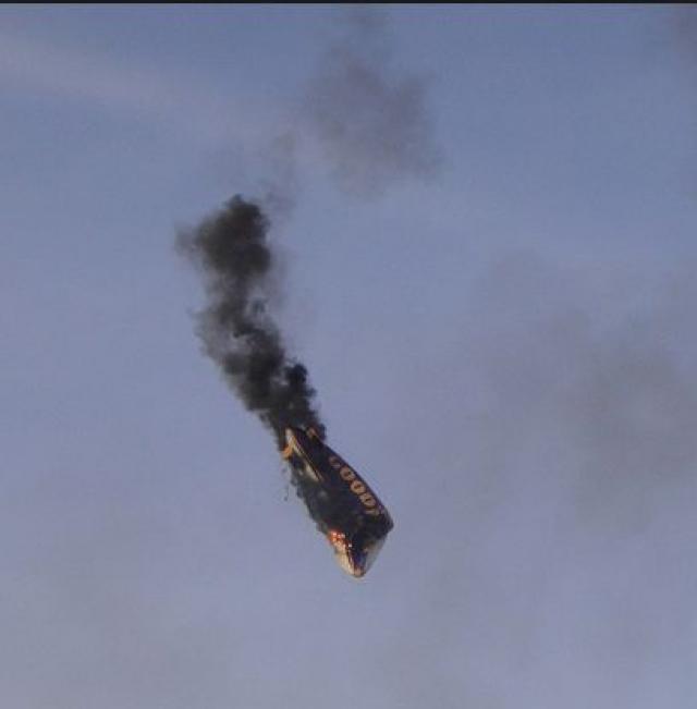 После уменьшения веса балласта аэростат взмыл на высоту 50 м и взорвался. На землю упали горящие остатки. Пилот не мог покинуть аэростат и погиб под обломками.