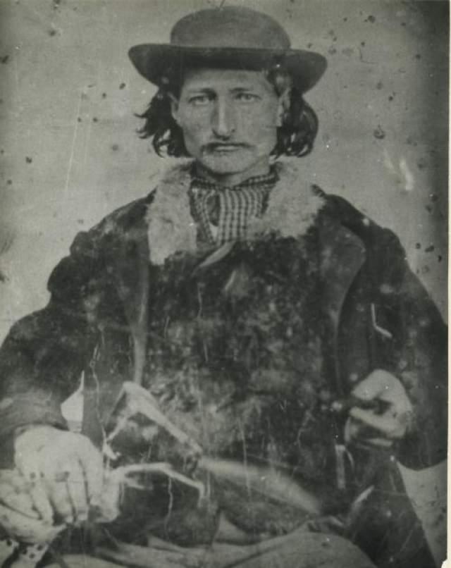 Дикий Билл Джеймс Батлер Хикок родился в 1837 году на Диком Западе. Уже с детства у него проявилась страсть к стрелковому оружию. Он практиковала в стрельбе все свое свободное время и достиг великолепных результатов. Его умения очень пригодились, когда юный Джеймс отправила колесить по Западу, работая кучером.