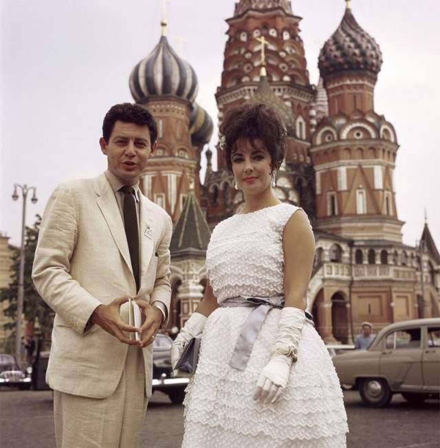 1961 год, Элизабет Тейлор с мужем, певцом Эдди Фишером, на Красной площади в Москве.
