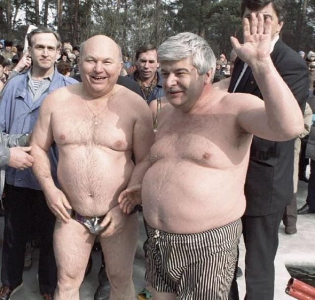 Появляться достойном виде в неформальной обстановке - тоже искусство. Подобный тест бывший мэр Москвы Юрий Лужков явно провалил.
